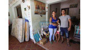 Contención. La joven pareja agradeció el apoyo de los familiares y la solidaridad de la gente que los ayudó. Foto UNO/Juan Ignacio Pereira