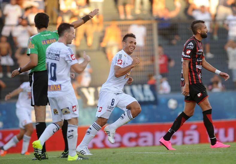 Los jugadores de Quilmes festejan el primer gol de ayer.   Foto: Télam