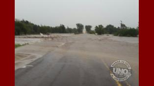 Arroyo Salto desbordado. Bomberos Voluntarios de Aldea Brasilera trabajando