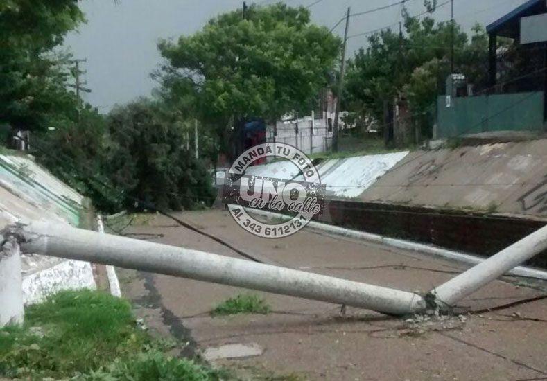 La tormenta quebró un poste de hormigón en Santa Elena