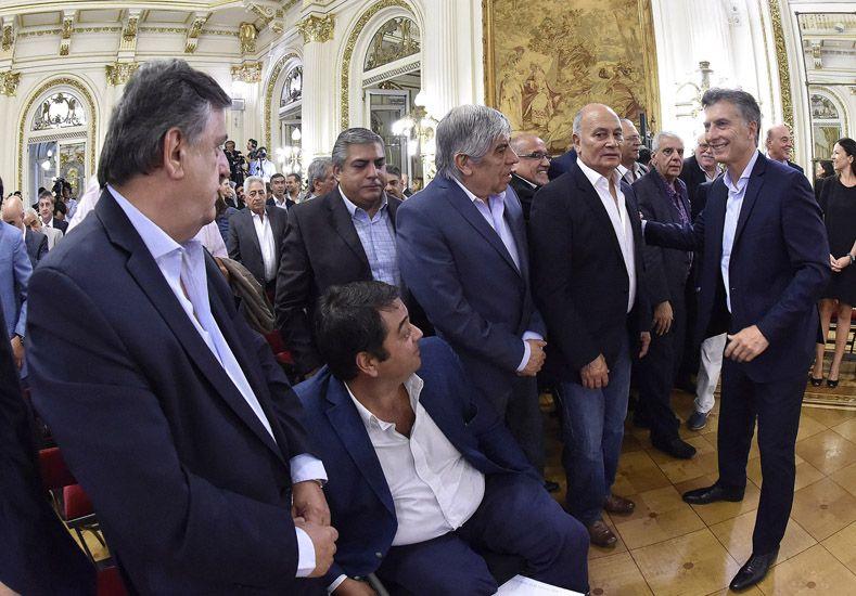 Macri salud a los dirigentes Moyano y Venegas al anuciar la suba del mínimo de Ganancias. (Foto: Télam)
