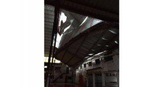 LLENO DE AGUA. El piso de la cancha principal y la cancha auxiliar fueron perjudicados por el ingreso de agua.