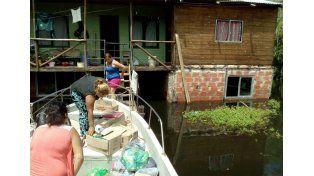 Autoevacuados. Los isleños reciben asistencia del municipio; sus casas están sitiadas por el agua.