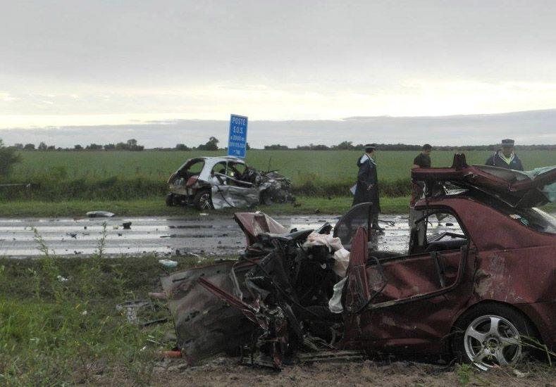 Hidroplaneo. Un espejo de agua en la ruta 18 habría provocado el desvío del Ford Ka y el choque frontal. Foto Gentileza/Nueva Zona