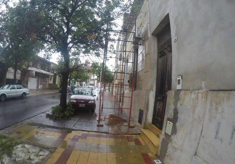 El andamio junto con el automóvil componen la postal urbana.