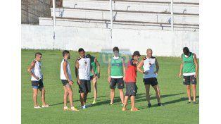 Forestello le da indicaciones a Furios. El Pelado será uno de los jugadores que ingrese en el 11 de Patronato.  Foto UNO/Mateo Oviedo