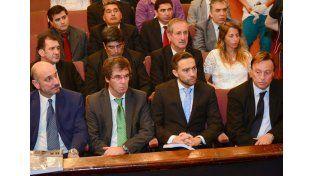 Los funcionarios y el intendente en el teatro 3 de Febrero. Foto prensa Municipalidad de Paraná.