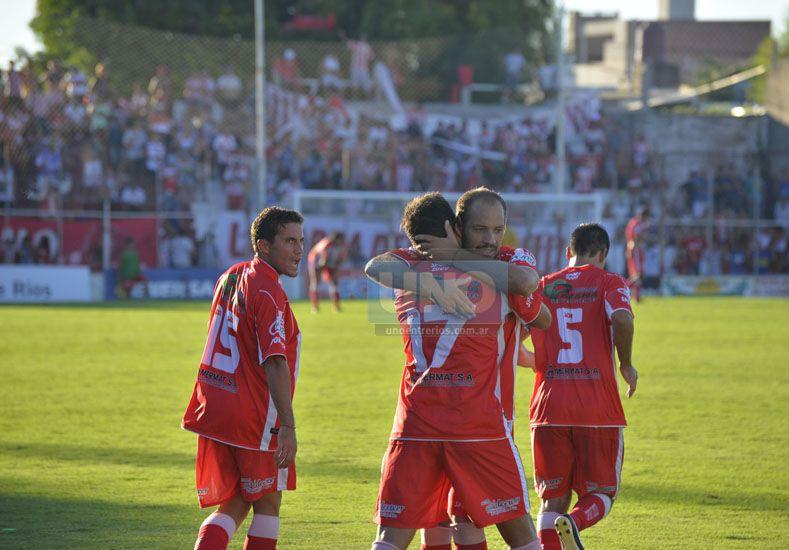 Los protagonista del empate Rojiblanco se confunden en un eterno abrazo.   Foto UNO/Mateo Oviedo