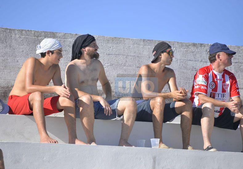 Las remeras oficiaron de gorra para protegerse del sol.   Foto UNO/Mateo Oviedo