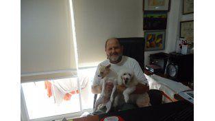 Con sus mascotas. Alberto Silva Velazco se mostró dolido por dicha resolución.