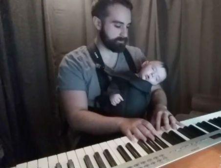 Un pianista que logra dormir a su hijo en segundos se convierte en el padre del año