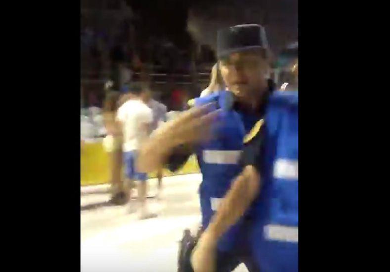 Carnaval del País: Golpean y detienen a un joven por filmar otra detención