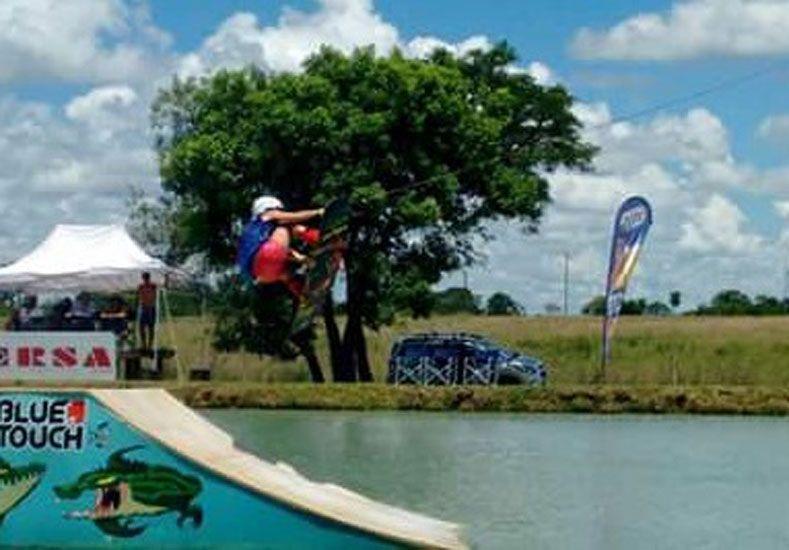 En acción. La paranaense saltando las rampas dispuestas para la competencia del fin de semana en Corrientes.