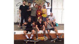 Francisco en el medio de los muchachos que integran Sabor a Calle.