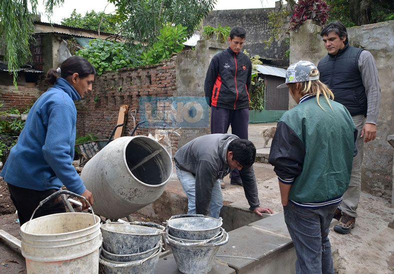 En 2013 los estudiantes del centro comunitario Corrales construyendo una de las aulas. Foto UNO.