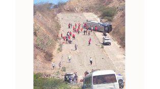El colectivo de Huracán volcó en Venezuela