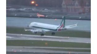 Así descendía el vuelo de Alitalia en suelo londinense en medio de ráfagas de 160 kilómetros por hora.