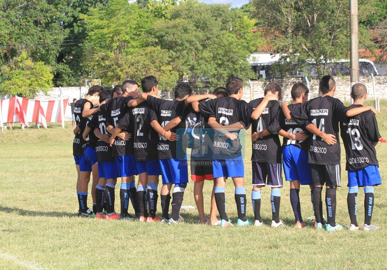 Todos juntos los jugadores mirando la definición por penales  Foto UNO/Juan Ignacio Pereira