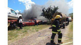Una quema de pastizales se fue de control y afectó un depósito de autos