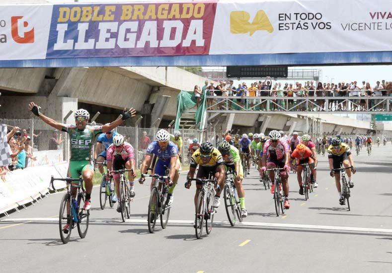 El salteño y un gran festejo ayer en la llegada de la 10ª etapa de la prueba. Foto Gentileza/Prensa Doble Bragado