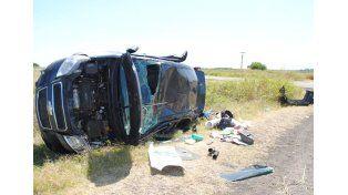 Auto con siete ocupantes despistó y volcó