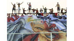 Gran trapo. Los hinchas de Patronato mostraron una gran bandera para recibir al primer equipo ayer. (Foto UNO Juan Ignacio Pereira/ Juan Manuel Hernández)