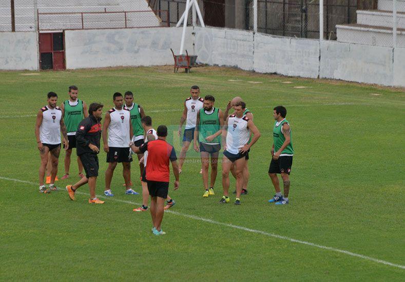 El plantel preparado para jugar esta tarde y debutar en la Primera División. Un sueño para todos. (Foto: UNO/Juan Manuel Hernández)