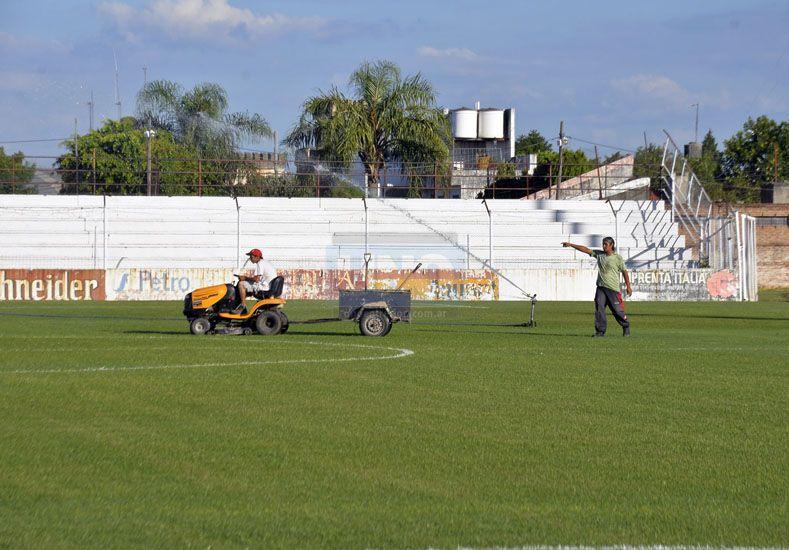 Impecable. El verde césped del estadio Grella luce impecable para el debut de esta tarde ante San Lorenzo de Almagro. (Foto: UNO/Mateo Oviedo)