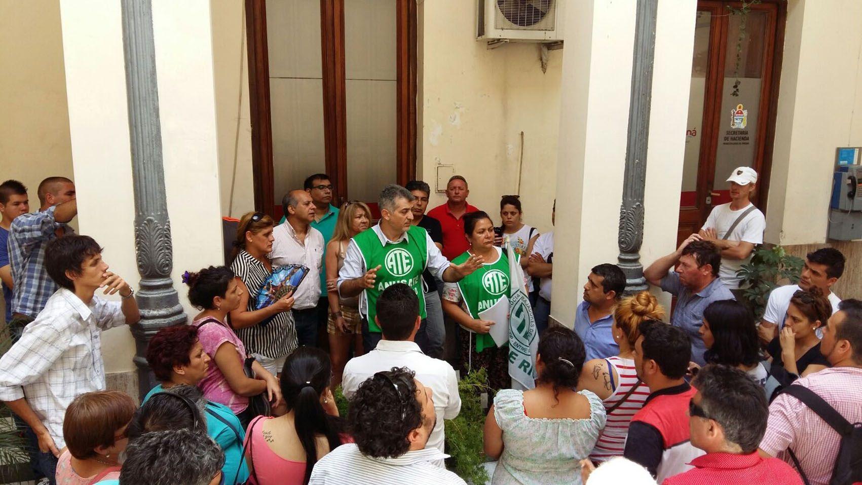 Protesta de contratados de la Municipalidad de Paraná