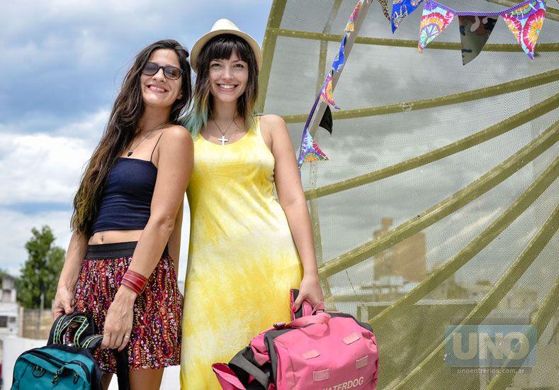 Julia y Gabriela organizaron la feria para vender lo material.
