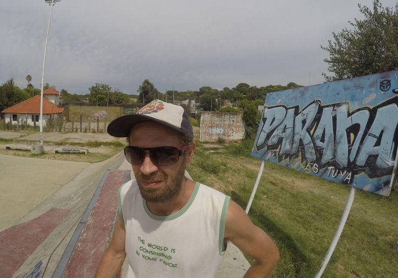 Federico en el skatepark eligiendo el lugar para pintar.