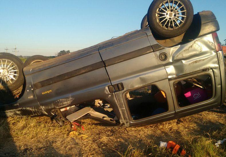 """Una familia protagonizó un vuelco con su vehículo en la autovía """"José Gervasio Artigas"""""""