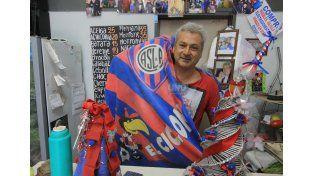 Luis en la verdulería de calle Pellegrini en donde manda el Azulgrana. Foto/UNO Juan Ignacio Pereira.