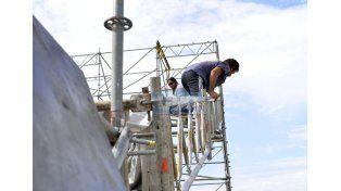 Sin parar. Trabajaron todo el día para dejar a punto el escenario. Foto UNO/Mateo Oviedo