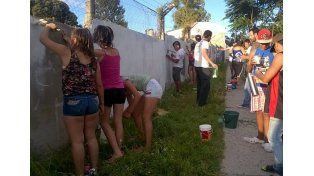 En noviembre los adolescentes pintaron un mural en el barrio por el Día Internacional de la eliminación de la violencia contra la mujer.