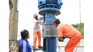 Los trabajadores continúan trabajando en la bomba. Foto UNO/ Juan Ignacio Pereira.