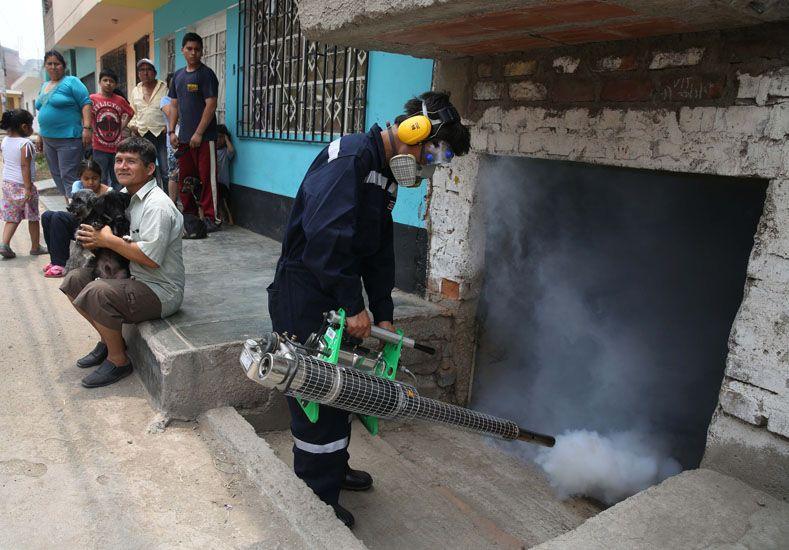 Fumigan casas por el virus. Foto: AP