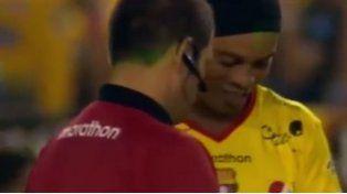 Insólito: un árbitro le pidió un autógrafo a Ronaldinho