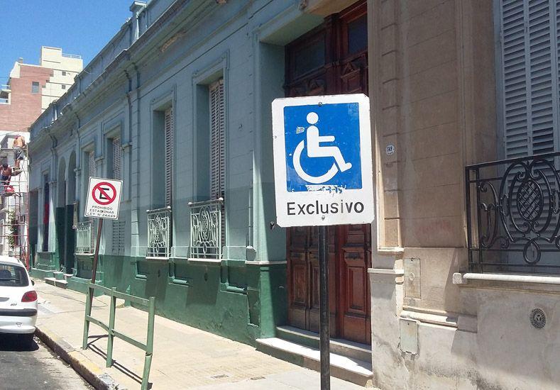 Respeto. El letrero dice que no se puede estacionar en el lugar.