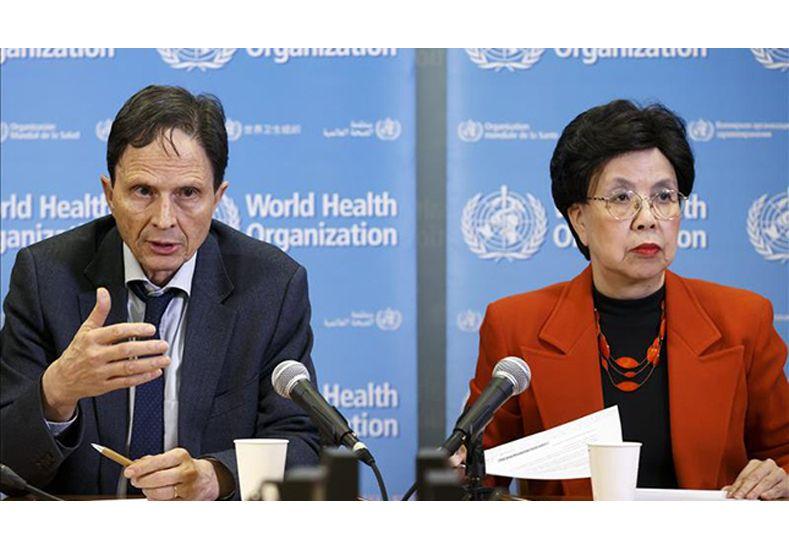 El profesor de epidemiología David Heymann y la directora general de la OMS
