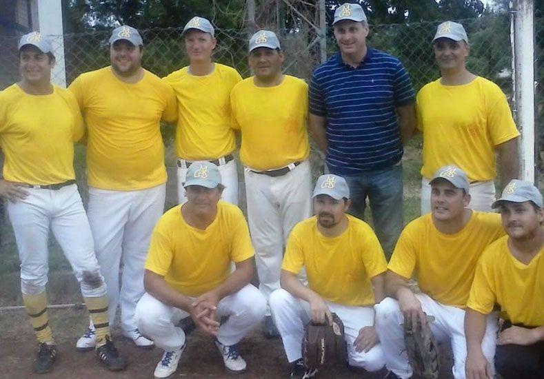 Nuevo equipo. La gente de Colonia Avellaneda presentó su equipo de Lanzamiento Lento de sóftbol en la APS.