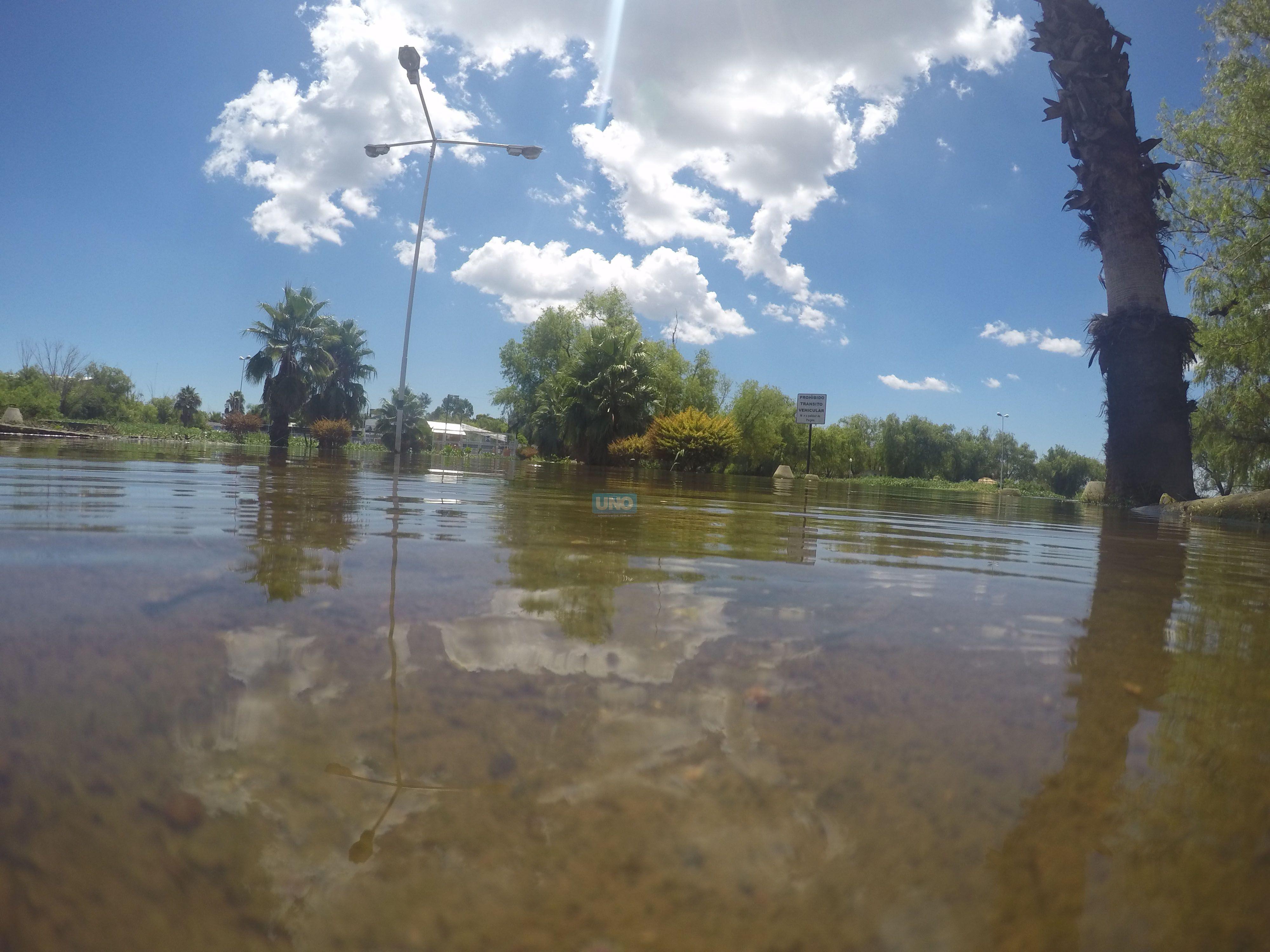 El ingreso al Club de Pescadores continúa inundado desde que llegó el pico a mediados de diciembre.