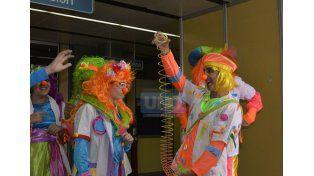 Sonrisa terapéutica. Los payamédicos trabajan ad honorem.   Foto UNO/Mateo Oviedo