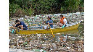 Los Amigos del Puerto limpiaron la desembocadura del arroyo Colorado en el Thompson. UNO/ Juan Manuel Hernández.