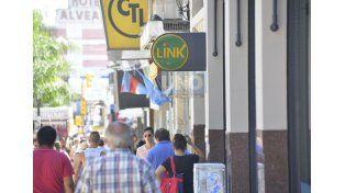 Mañana muchos de los trabajadores estatales tendrán acreditado el sueldo. Foto UNO Mateo Oviedo.