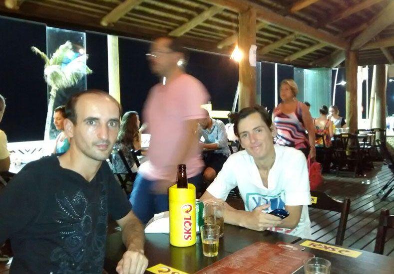 Gustavo junto a su amigo Fernando en Brasil
