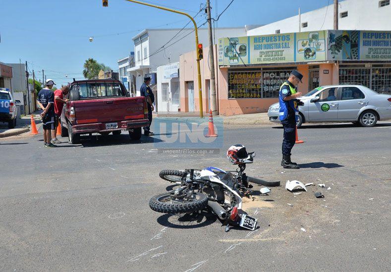 La moto venía por Marangunich y cruzó Almafuerte con el semáforo en rojo. Fotos UNO/Juan Manuel Hernández.