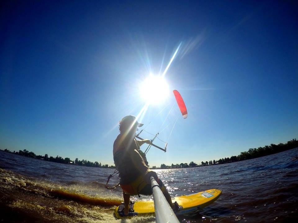 Federico a contraluz en el río Paraná aprovechando el viento.