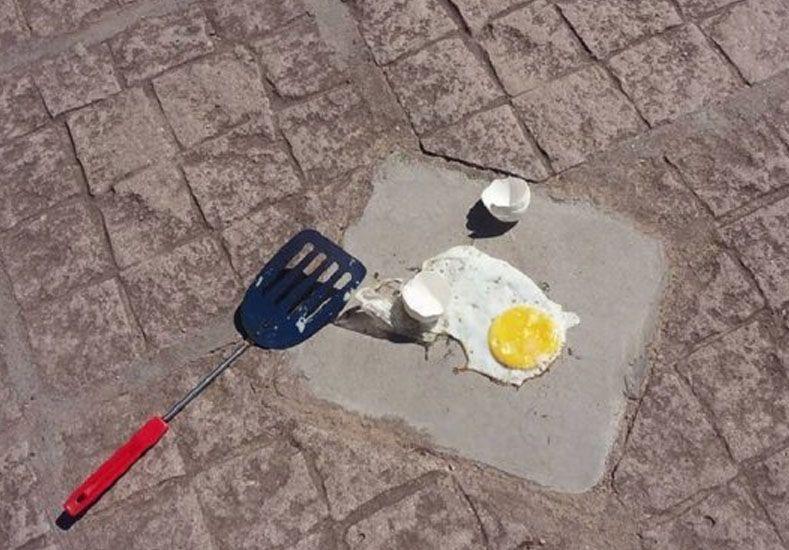 Ola de calor: un intendente cocinó un huevo frito sobre una vereda