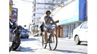 Nicolás trabaja con su bicicleta en las calles entre los autos y las motos estacionadas en lugar prohibidos. UNO/Mateo Oviedo.